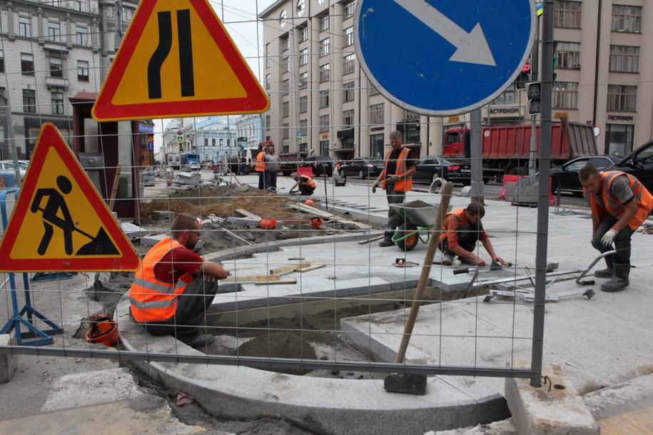 Укладка дорожной тротуарной плитки на площади в Москве