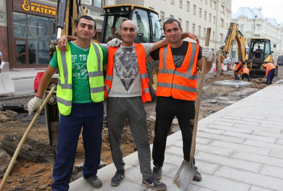 Дорожные рабочие на улице Москвы