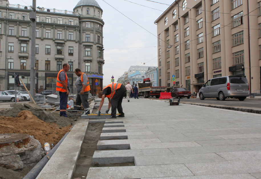 Укладка дорожной тротуарной плитки на столичной площади