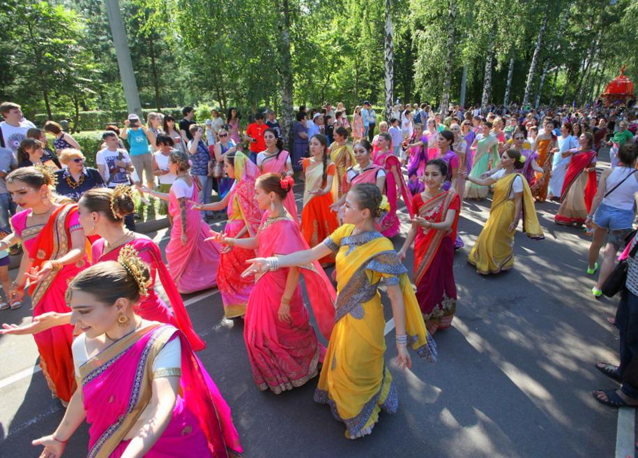 Костюмированное шествие участников фестиваля индийской культуры в парке Сокольники