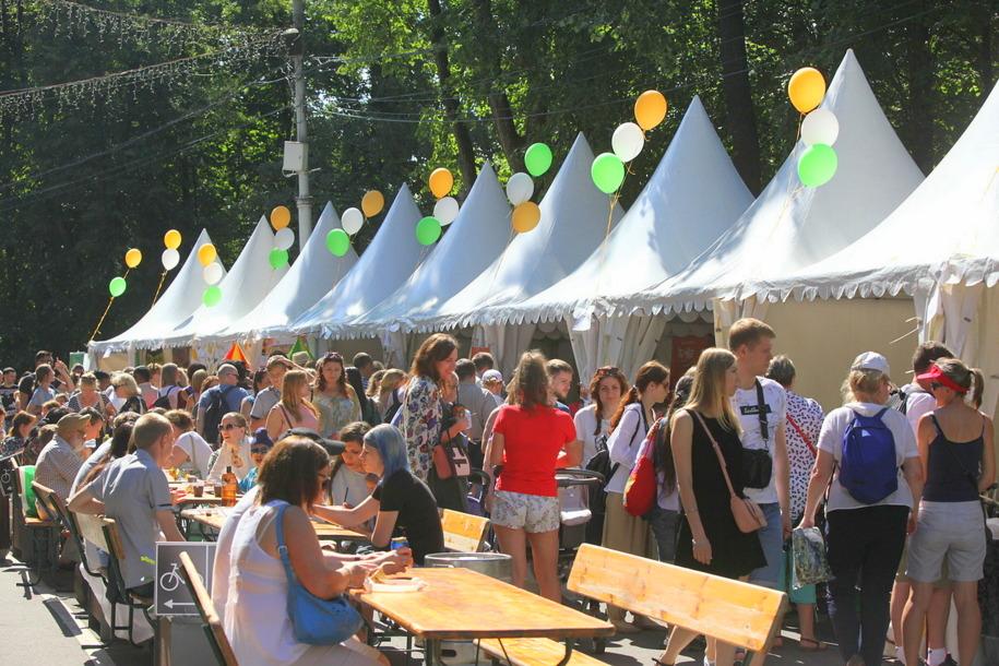 Торговые шатры в парке Сокольники во время фестиваля индийской культуры