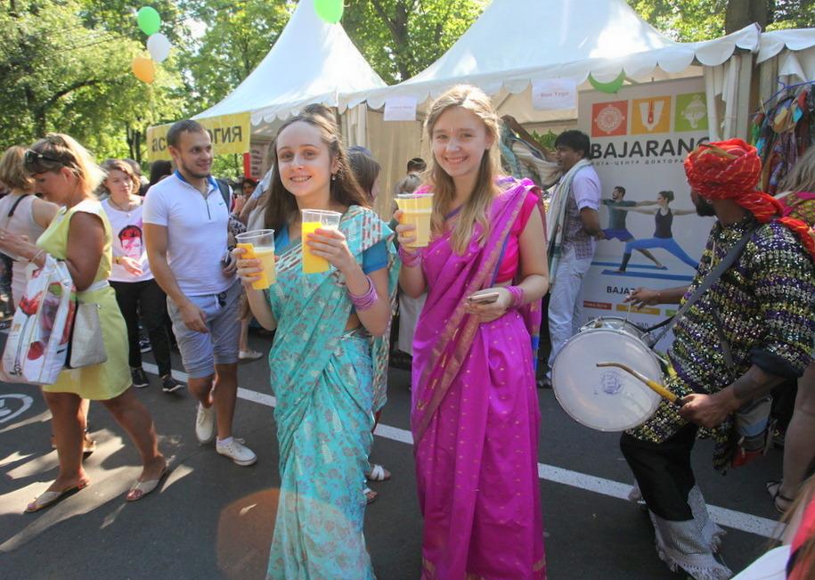 Участники фестиваля индийской культуры с прохладительными напитками в парке Сокольники