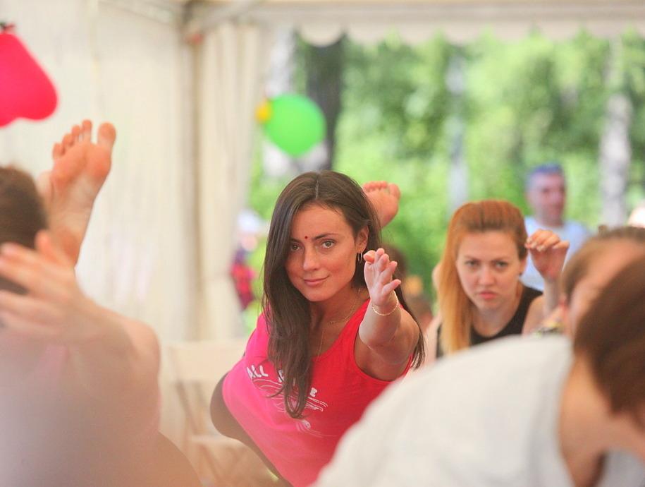 Показательные занятия йогой во время фестиваля индийской культуры в парке Сокольники