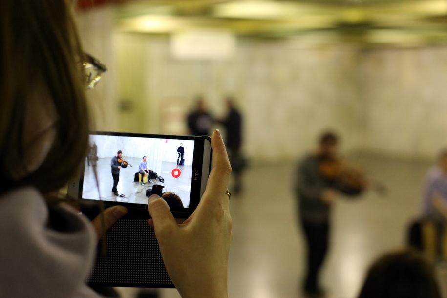 Съемка на телефон музыкантов в метро