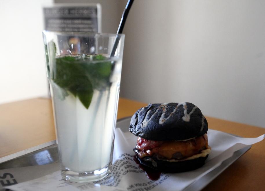 Бургер черная мамба и напиток в бургерной BURGER HEROES