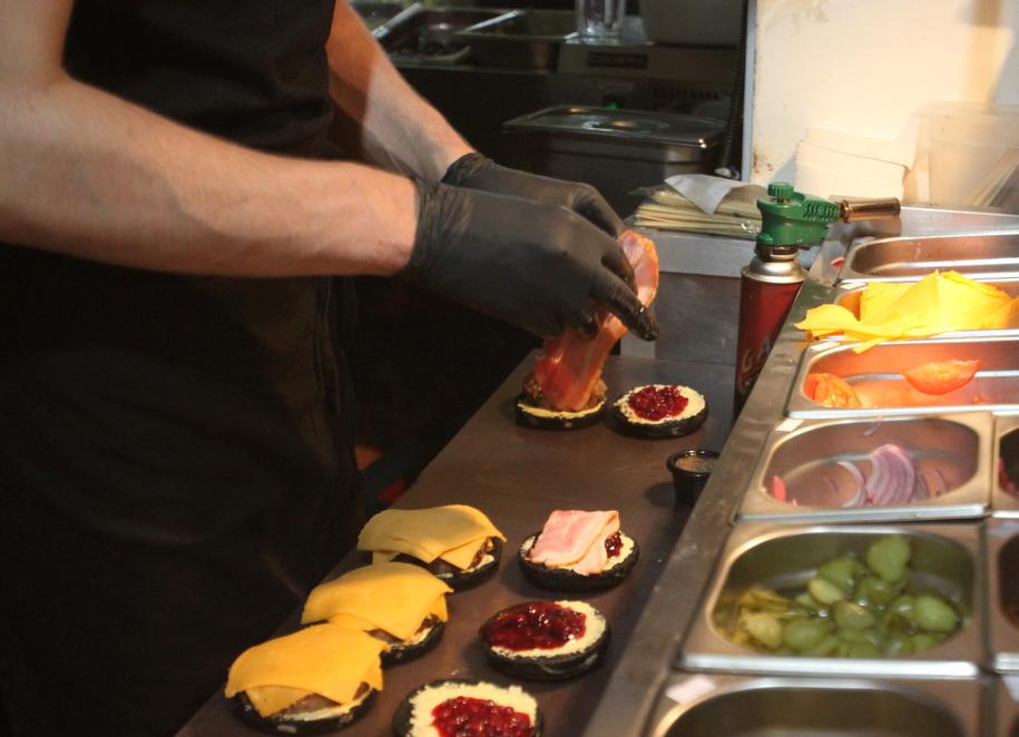 Приготовление бургеров в BURGER HEROES