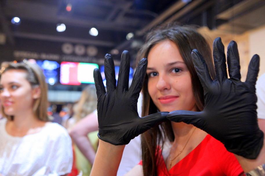 Черные перчатки вместо салфеток в бургерной BLACK STAR BURGER