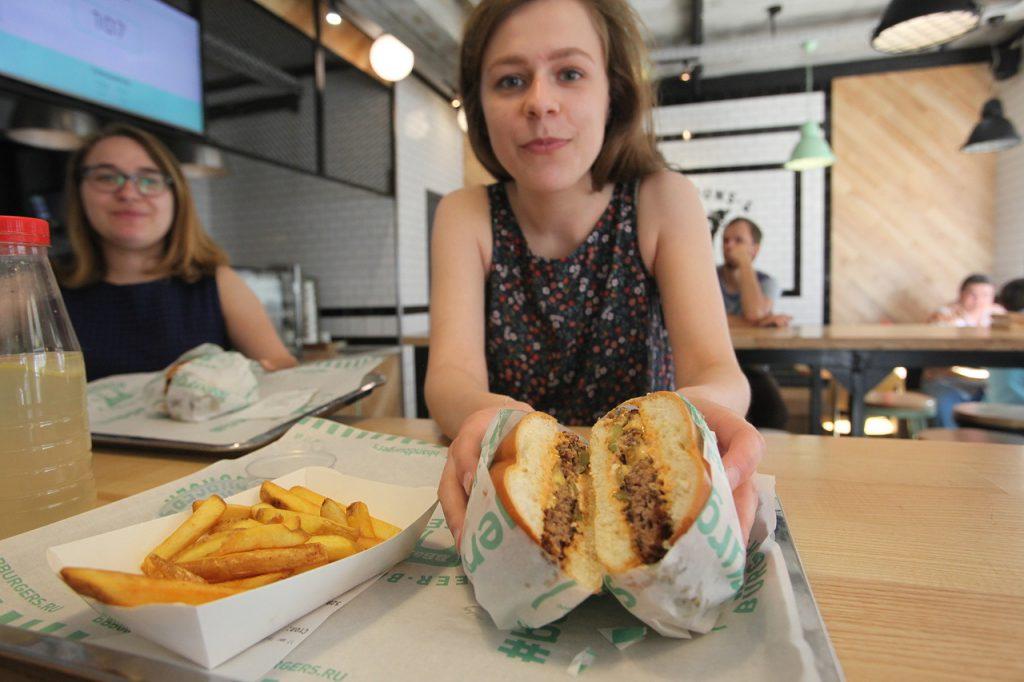 Бургер и жареная картошка в бургерной BB-&-BURGERS