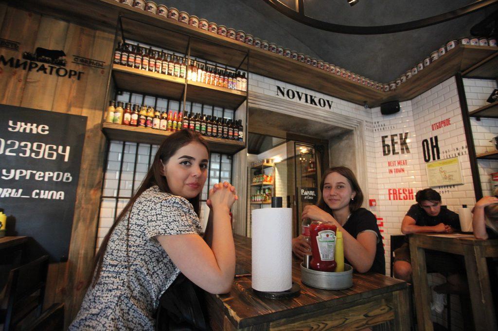 Посетительницы за столиков в бургерной Фарш