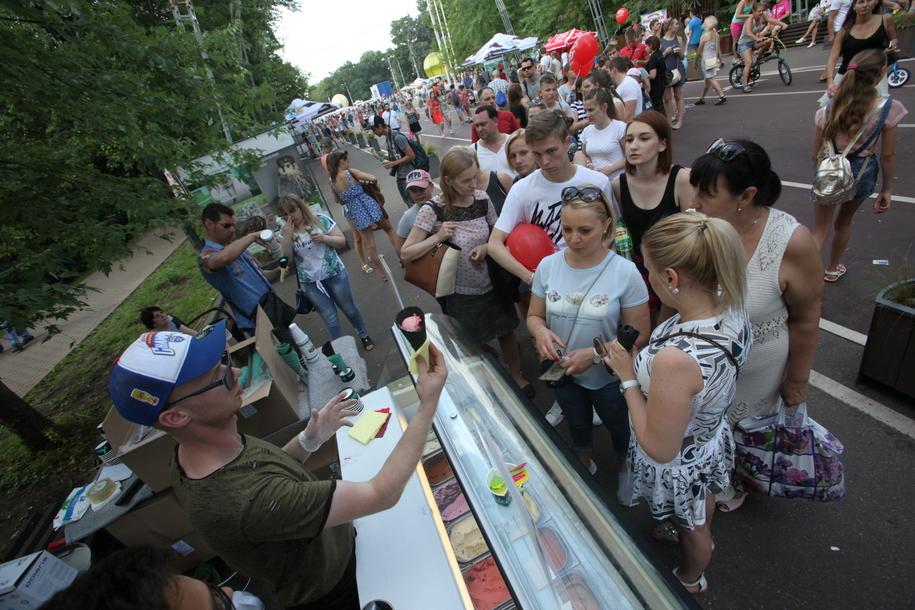 Очередь за мороженым в парке Сокольники