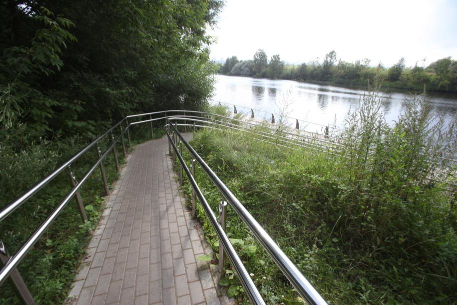 Парковая дорожка к берегу Москва реки