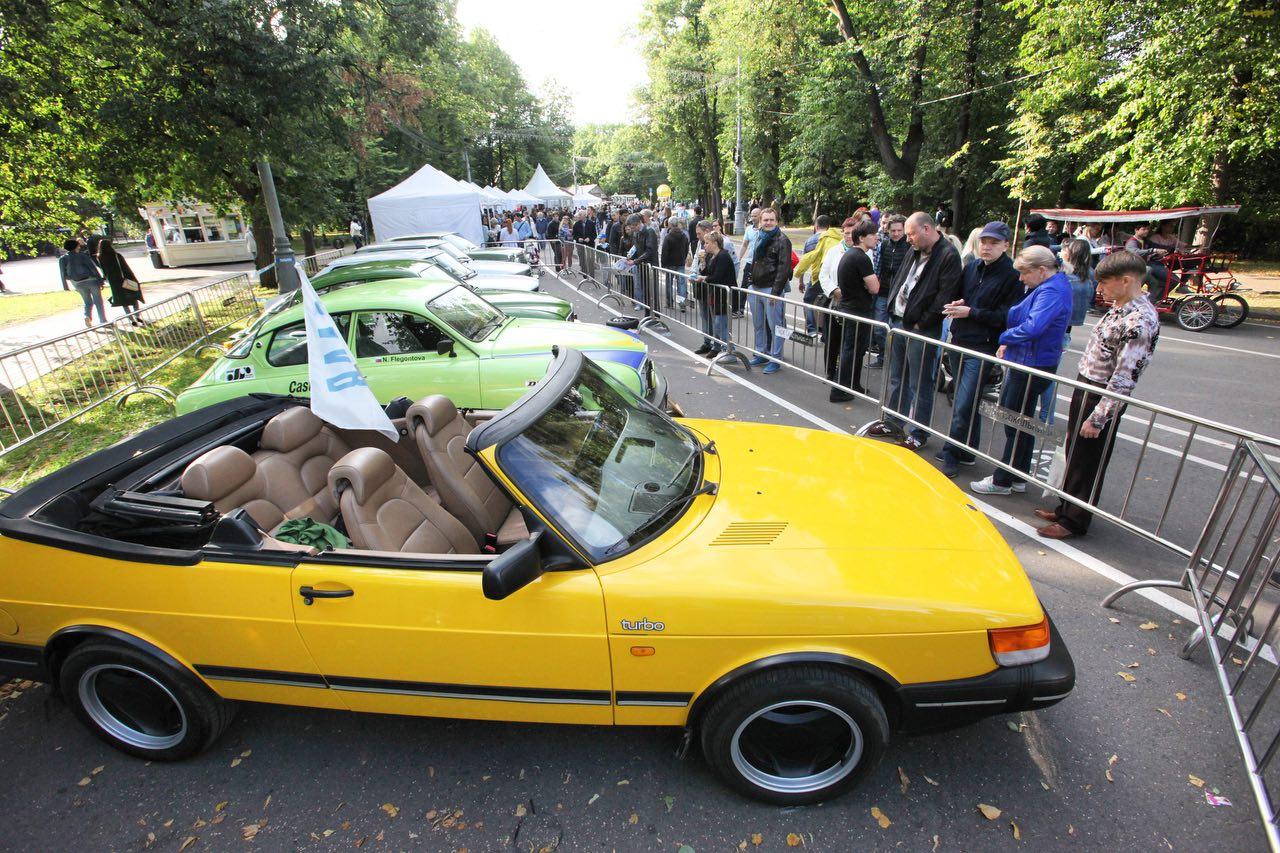 Зрители у старинных ретро-автомобилей в Сокольниках