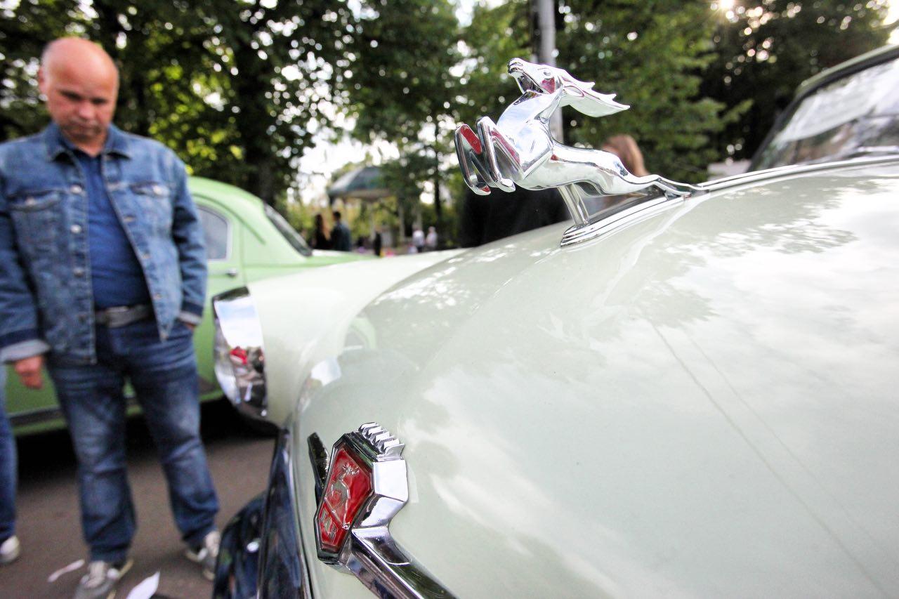 Посетитель у ретро-автомобиля ГАЗ