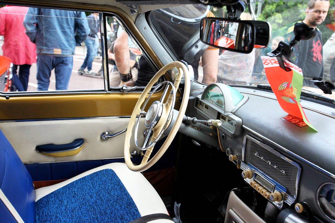 Интерьер салона старинного ретро-автомобиля