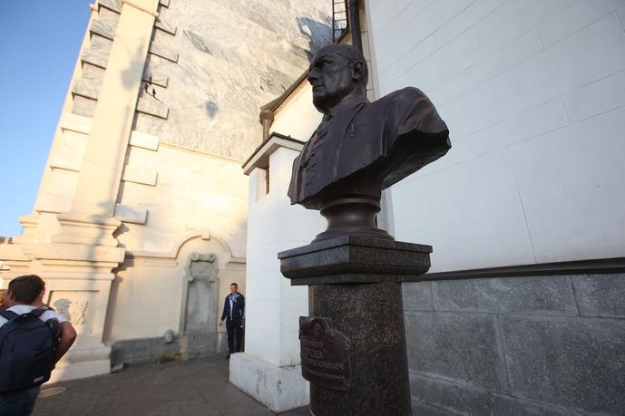 Бюст архитектора Щусева у здания Казанского вокзала