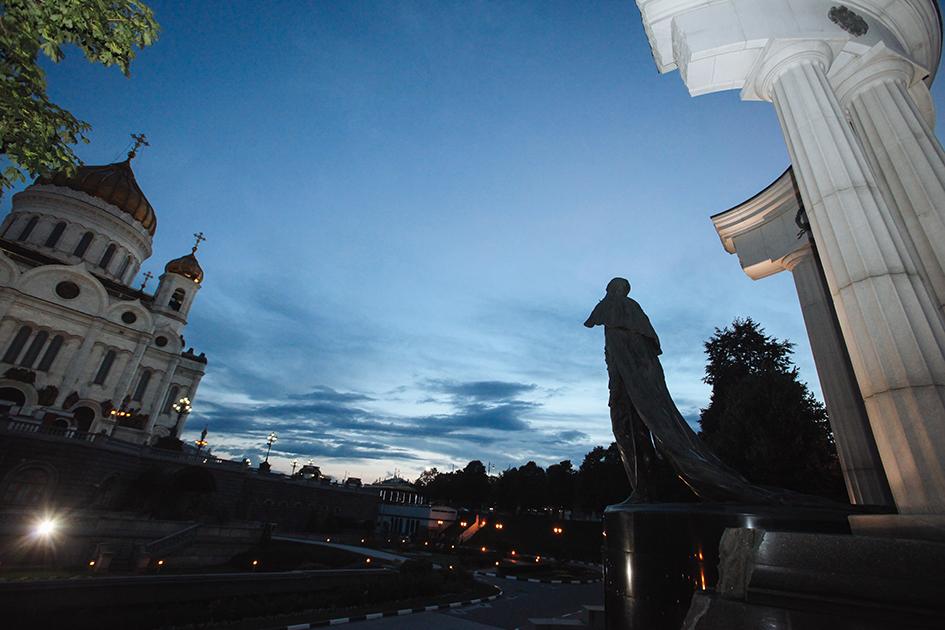 Храм Христа Спасителя и памятник Александру II на Волхонке вечером
