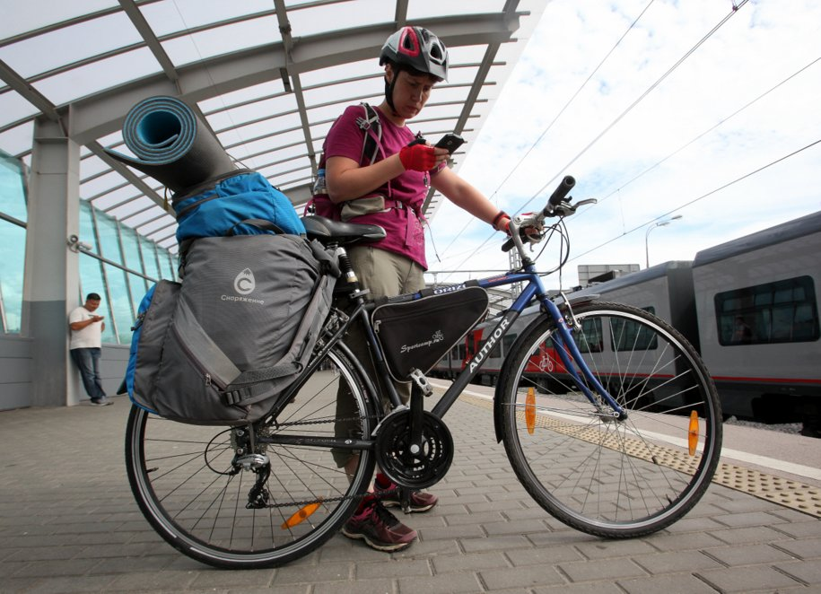 Велосипедистка с рюкзаком на станции МЦК