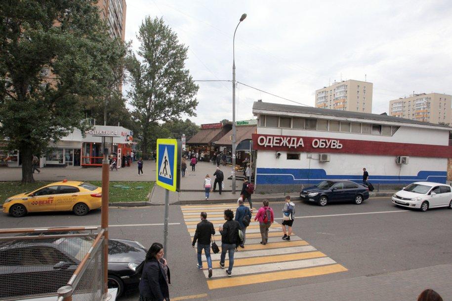 Пешеходный переход и торговые павильоны у станции метро Кантемировская
