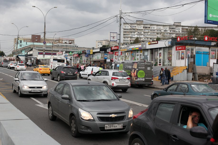 Автомобили у станции метро Царицыно