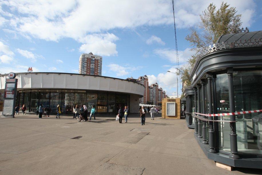 Площадь у станции метро 1905 года после сноса незаконных торговых павильонов