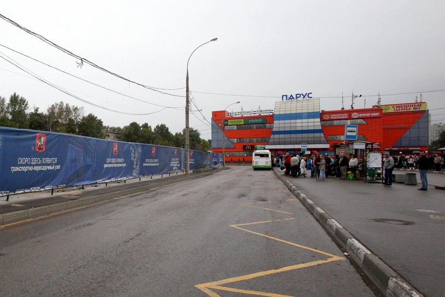 Пассажиры городского наземного транспорта на остановке у метро Петровско-Разумовская