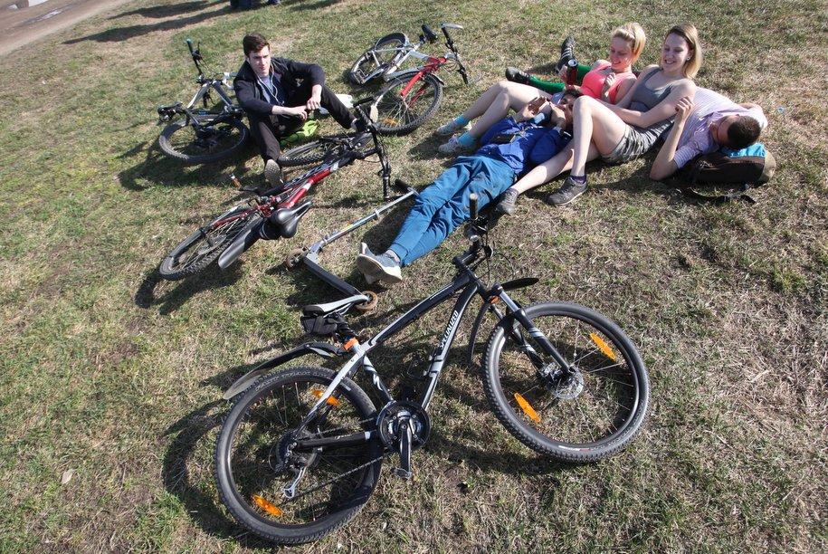 Велосипедисты на лужайке во время отдыха