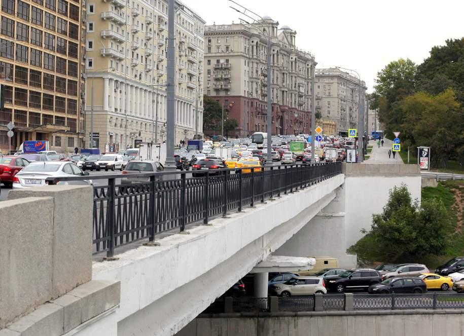 В столичном районе Марьино автомобиль наехал на пешеходов