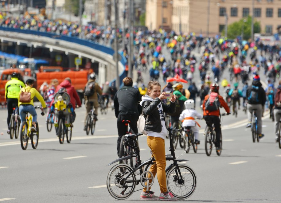 Велосипедисты на московской улице