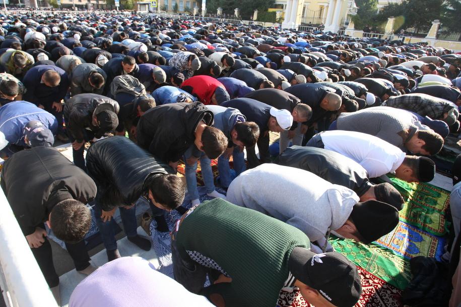 Праздничная молитва во время мусульманского праздника Курбан-Байрам