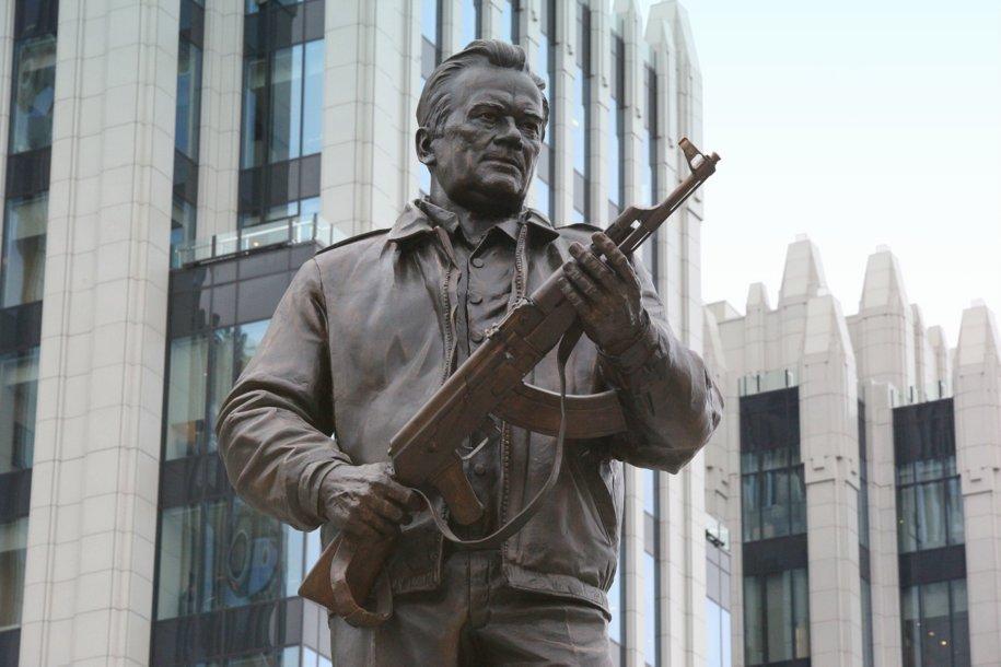 Памятник оружейнику Михаилу Калашникову открылся в Москве