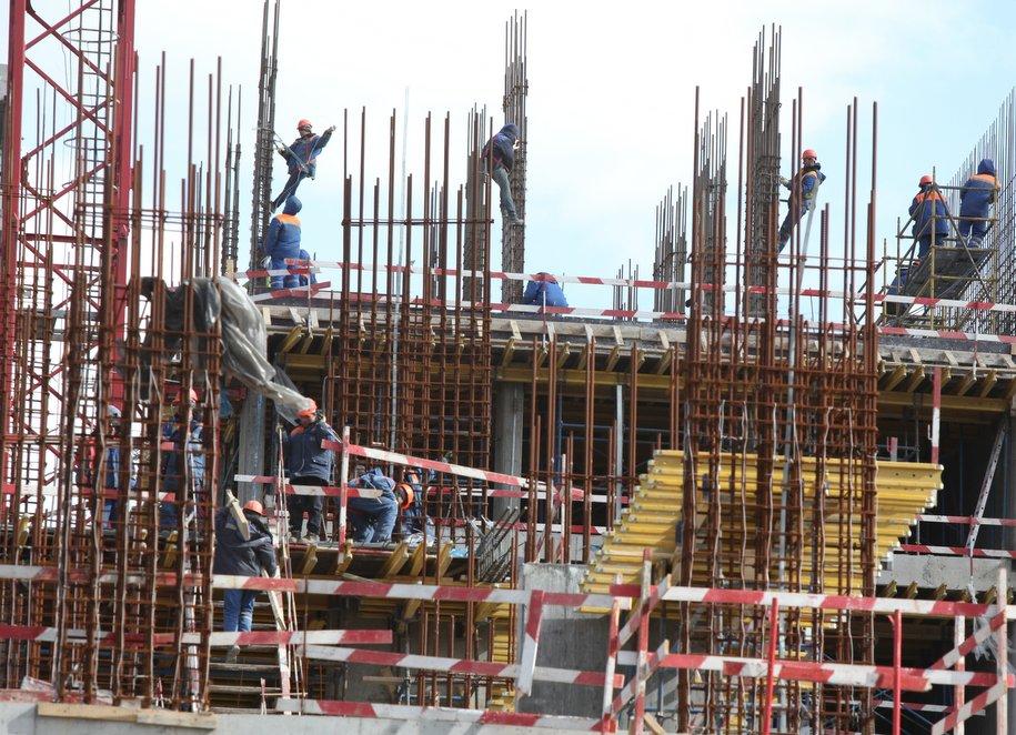 Монтажники на строительной площадке