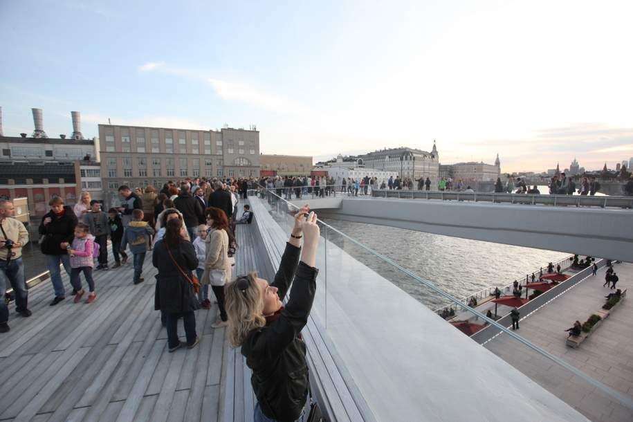 Посетители парка Зарядье на Парящем мосту