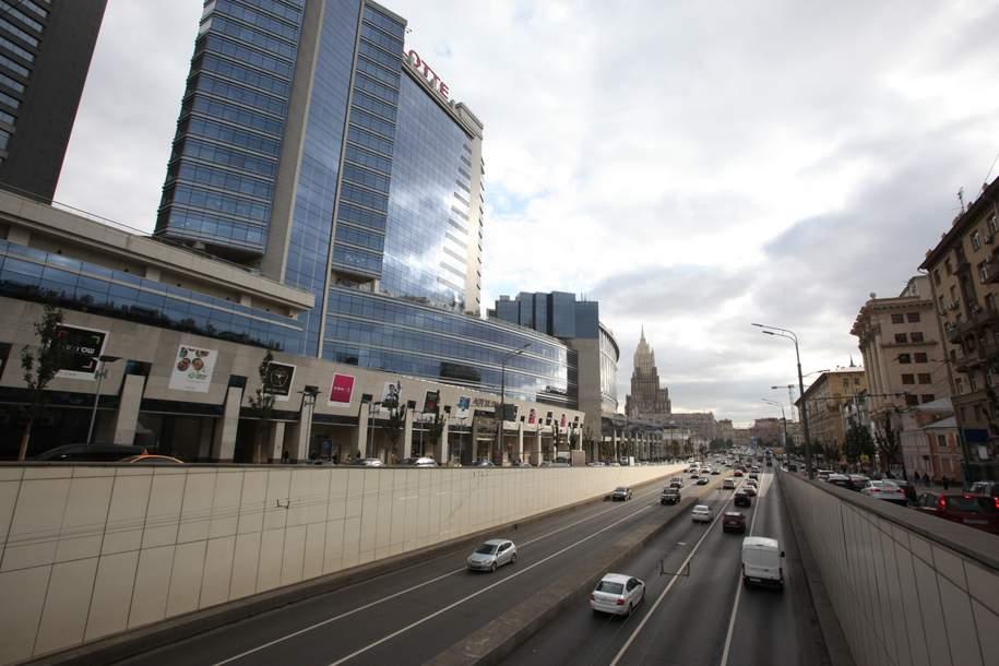 Вооруженные грабители открыто похитили автомобиль у мужчины в Москве