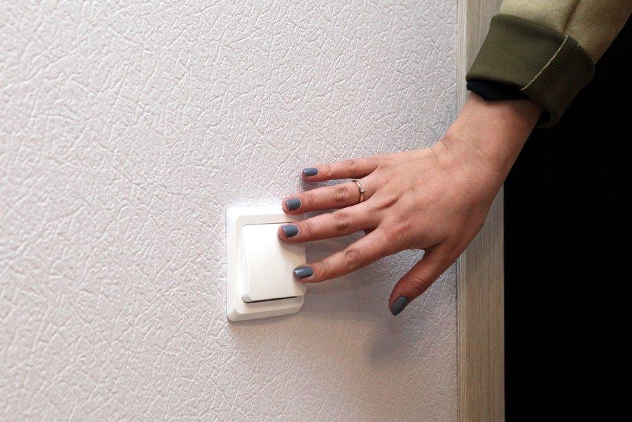 Женская рука и выключатель
