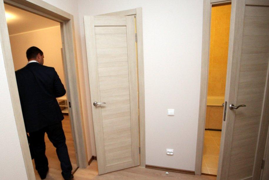 Двери в ванную комнату и туалет в шоу-руме на ВДНХ