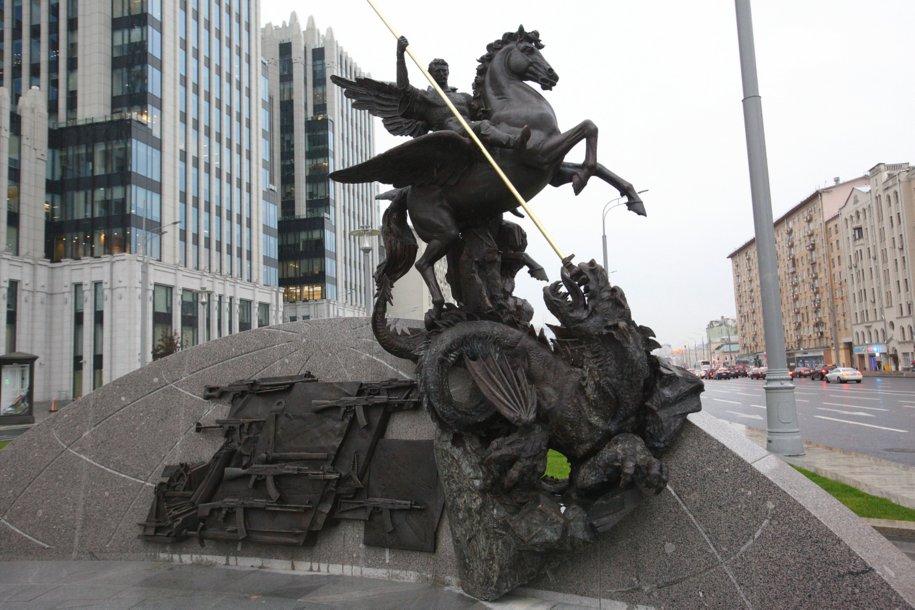Фрагмент памятника Михаилу Калашникову в Оружейном переулке