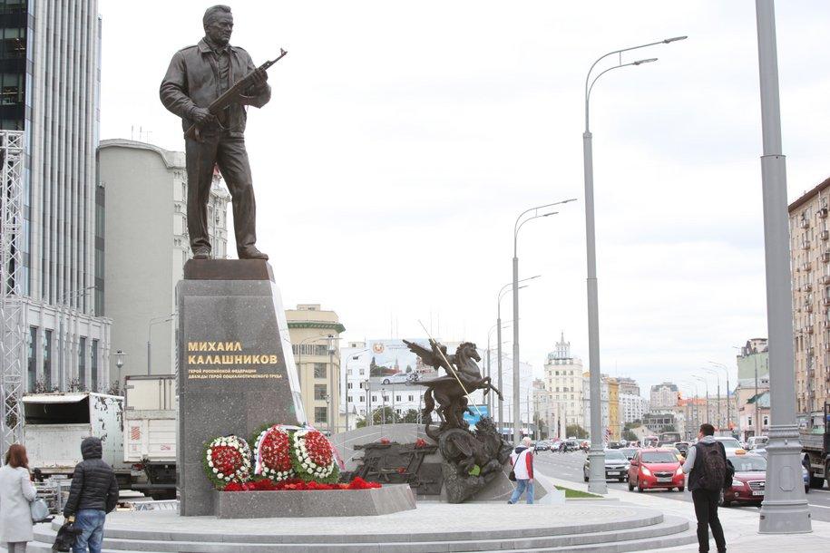 Памятник Михаилу Калашникову в Оружейном переулке