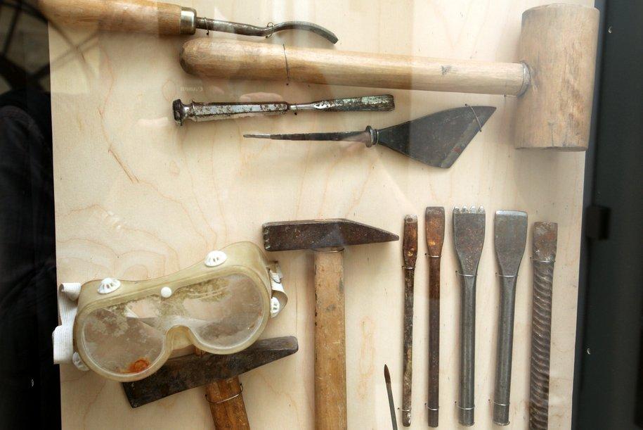 Инструменты скульптора на выставке Музеон пластика места в музее парка имени Горького