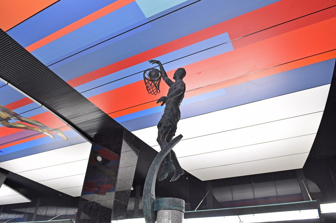 С.Собянин: Настанции метро «ЦСКА» установлены статуи баскетболиста ифутболиста