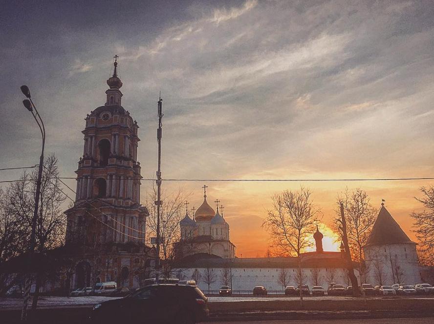 На звонницу Новоспасского монастыря установили колокол
