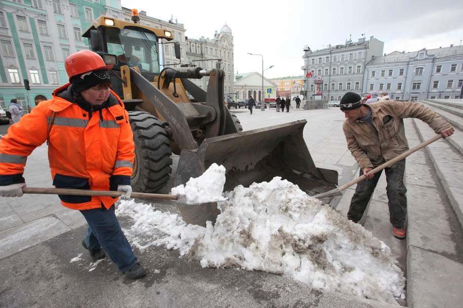 В Москве начали борьбу с гололедом на дорогах