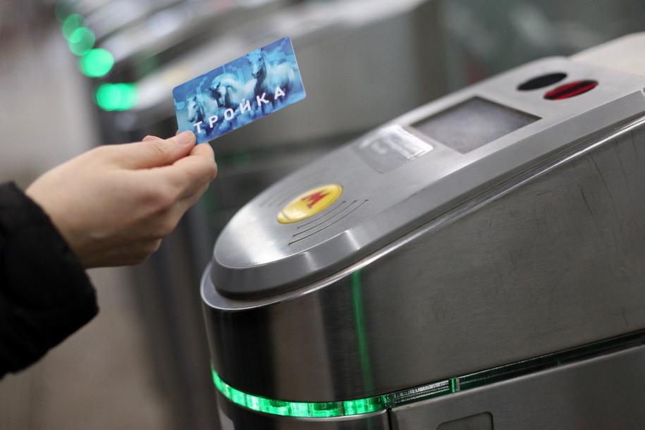 Новые автоматы попродаже билетов установили рядом свузами иметро
