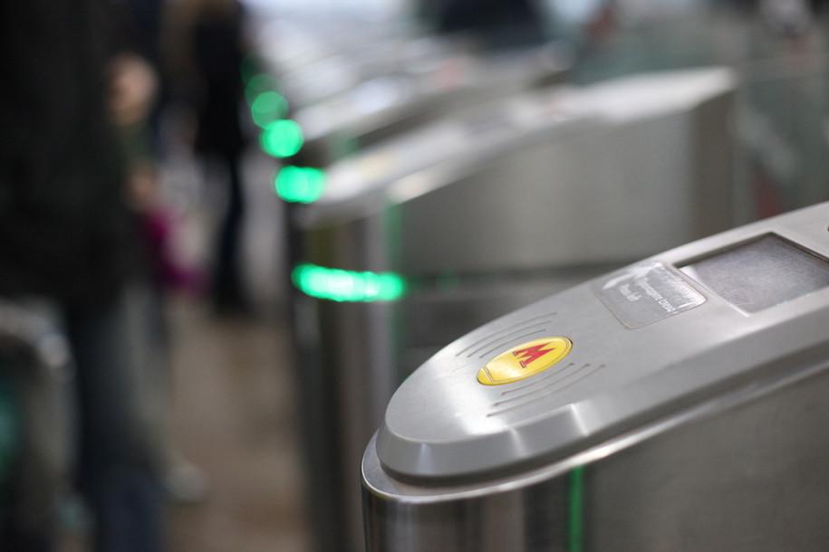 Более 800 турникетов метро оснастят бесконтактной функцией оплаты проезда