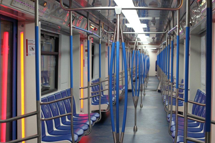 Впоездах метро «Москва» попросьбам пассажиров убрали вертикальные поручни