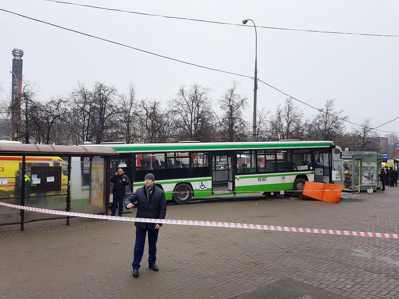 На Сходненской автобус врезался в остановку