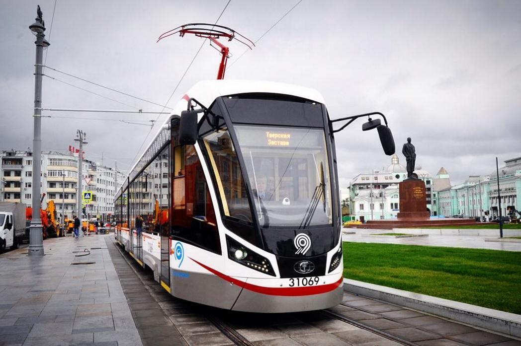Новогодние трамваи запустили в центре столицы