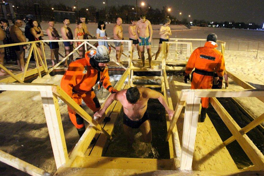 Почти 150 тысяч человек приняли участие в крещенских купаниях