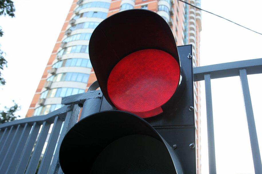 На 25 переходах появились светофоры на опорах с подсветкой