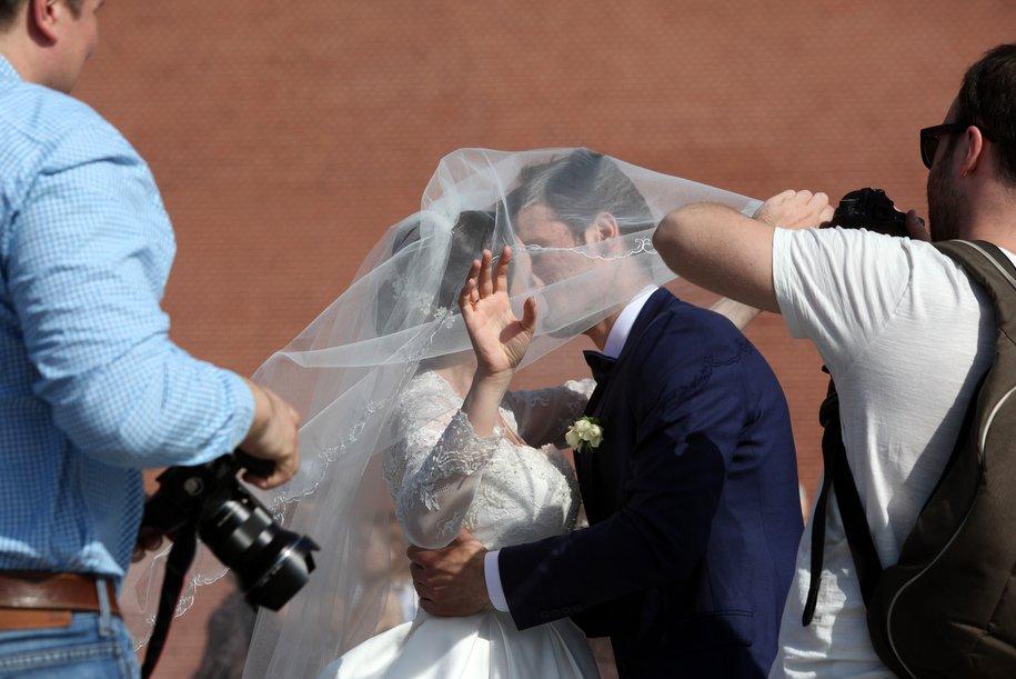 Более 100 пар поженятся в Москве 14 февраля