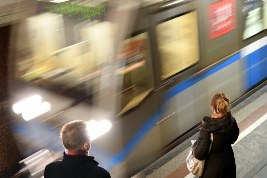 Москвичи опоздали на работу из-за застрявшего в тоннеле метро поезда